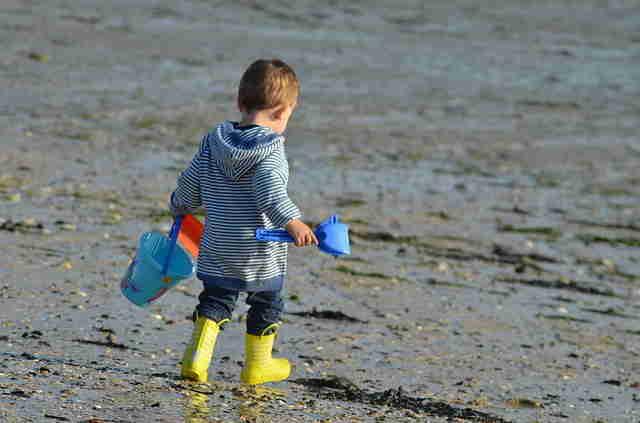 Découverte de la plage pour bébé